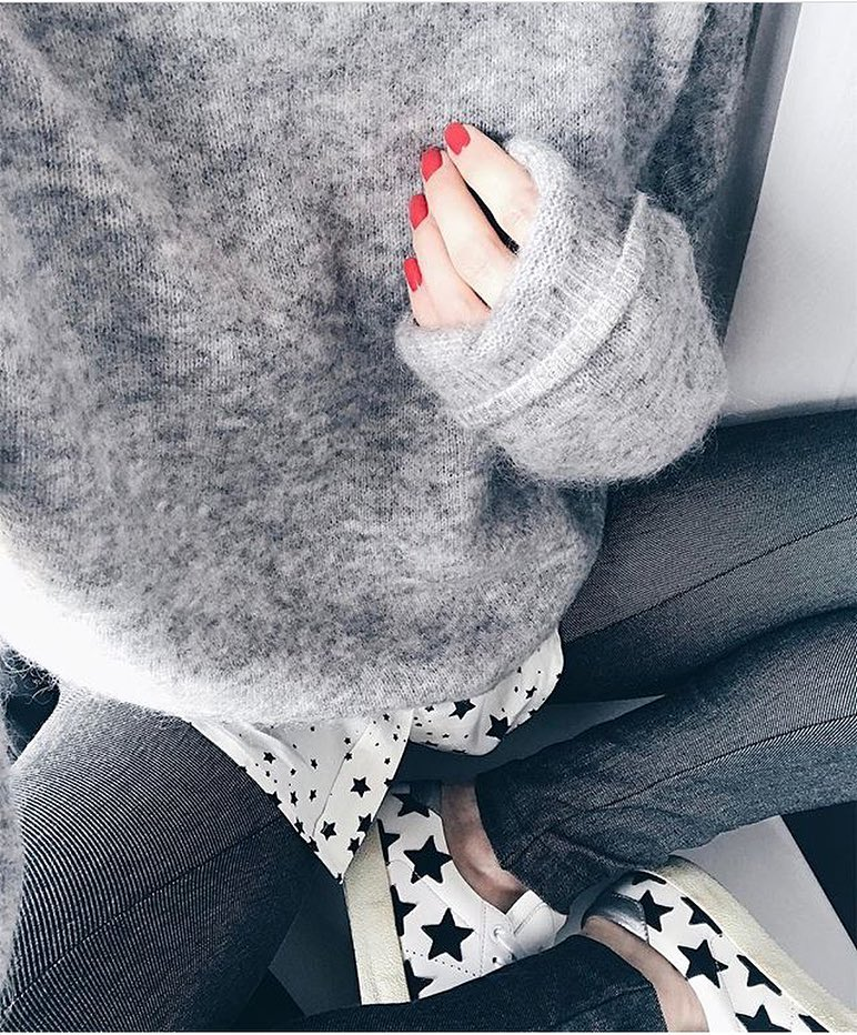 Cream Grey Sweater With Skinny Jeans And White Sneakers In Black Star Print 2019
