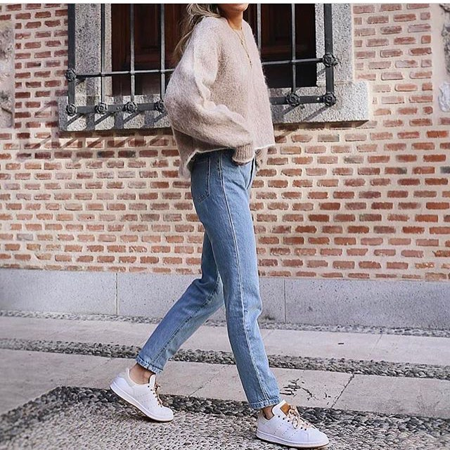 Beige Sweater And Wash-Blue Jeans With White Sneakers 2019