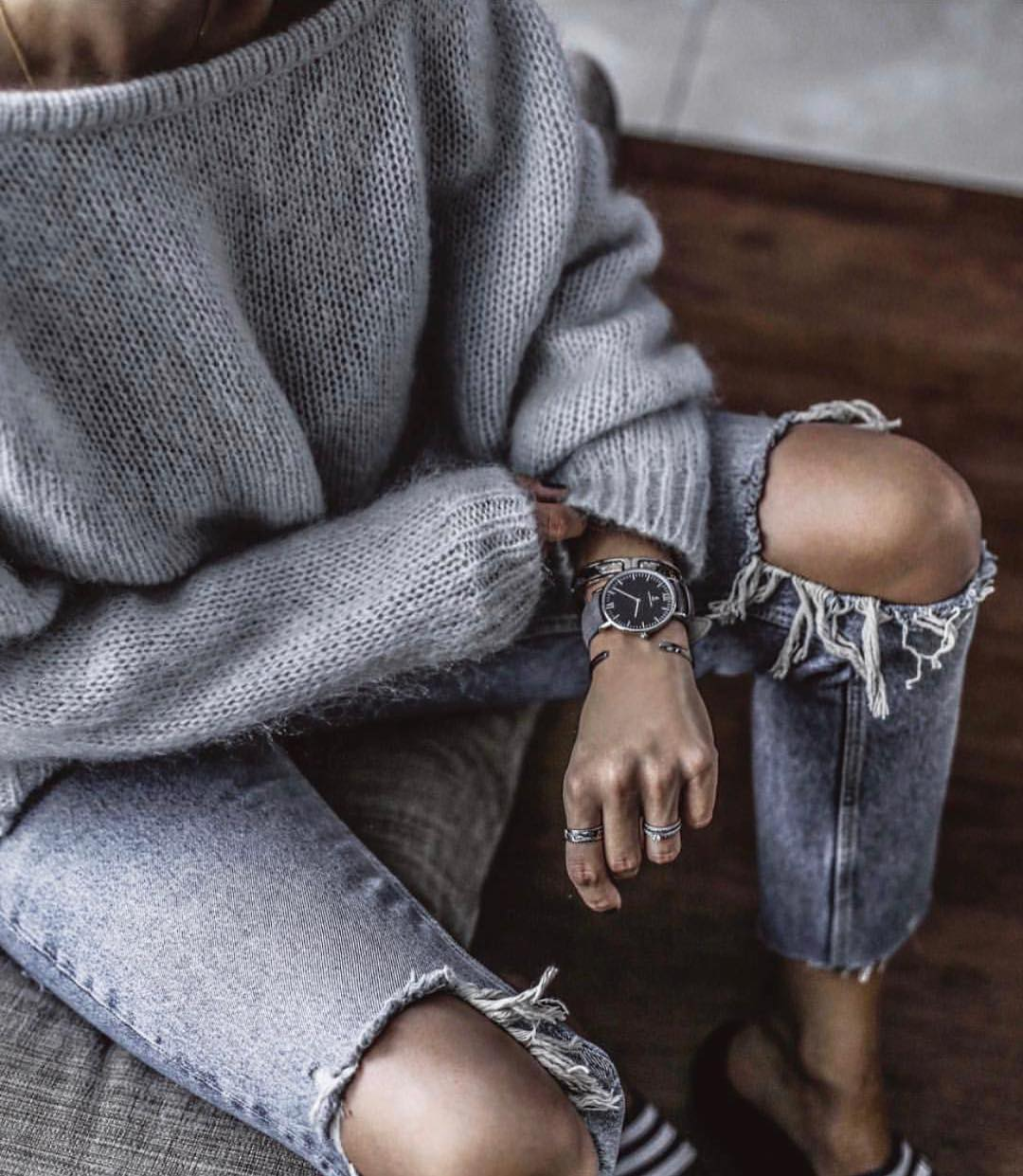 Casual Fall Essentials: Grey Sweater And Knee Ripped Jeans 2021