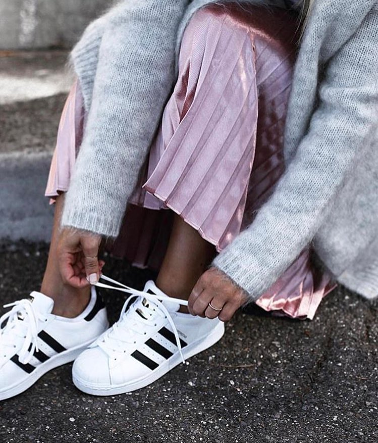 Knife Pleated Blush Skirt And White Sneakers Combo Idea 2020