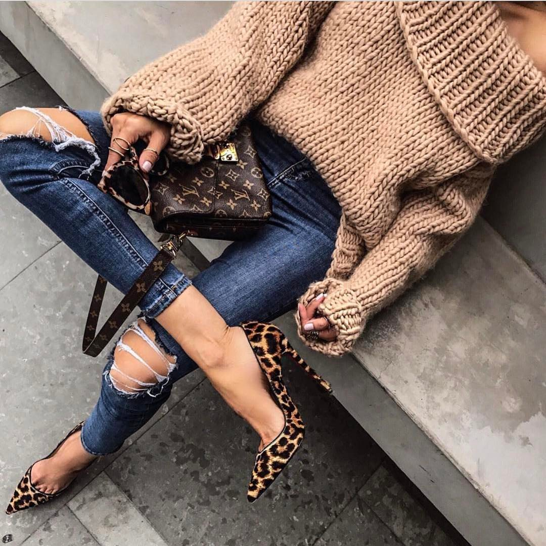 Chunky Sweater In Beige And Knee Ripped Skinny Jeans With Leopard Pumps 2020