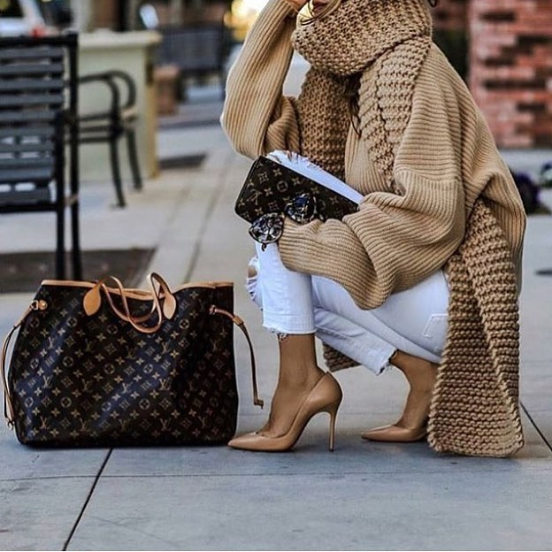 Oversized Camel Sweater With Knee Ripped White Skinny Jeans And Beige Pumps 2020