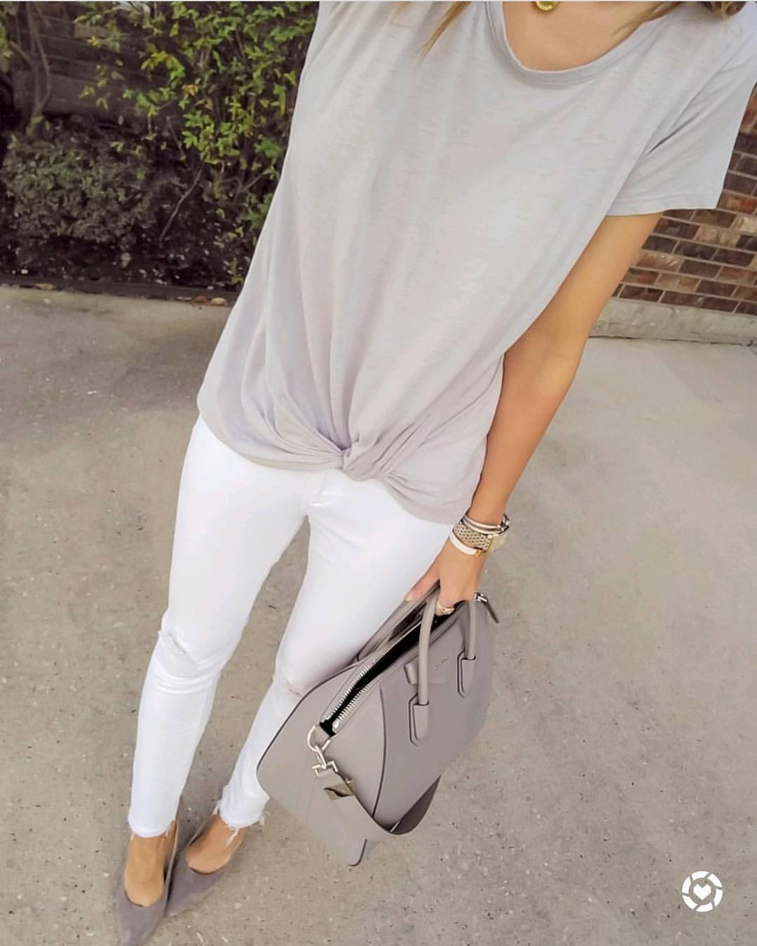 Summer Monochrome Essentials: Cream Grey Tee, White Skinny Jeans And Grey Pumps 2019