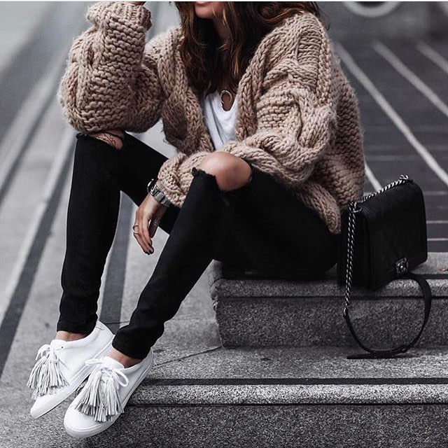 Bulky Cardigan In Beige With Knee-Ripped Black Jeans And White Sneakers 2019