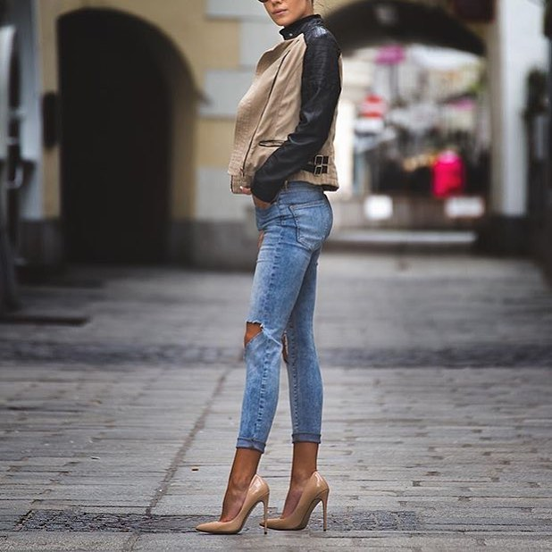Beige Jacket With Black Leather Sleeves And Knee-Ripped Slim Jeans 2020