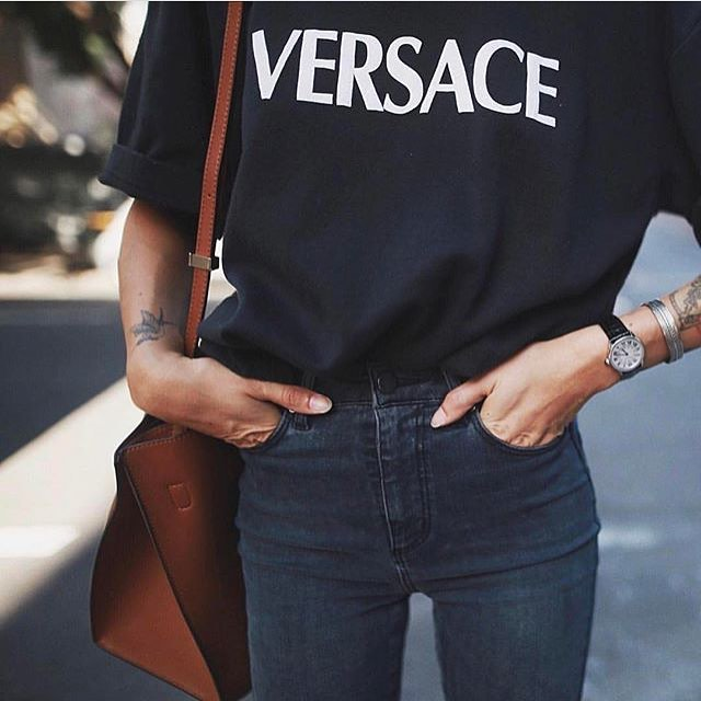 Black Tee And Black Jeans: All Black Look For Summer 2019
