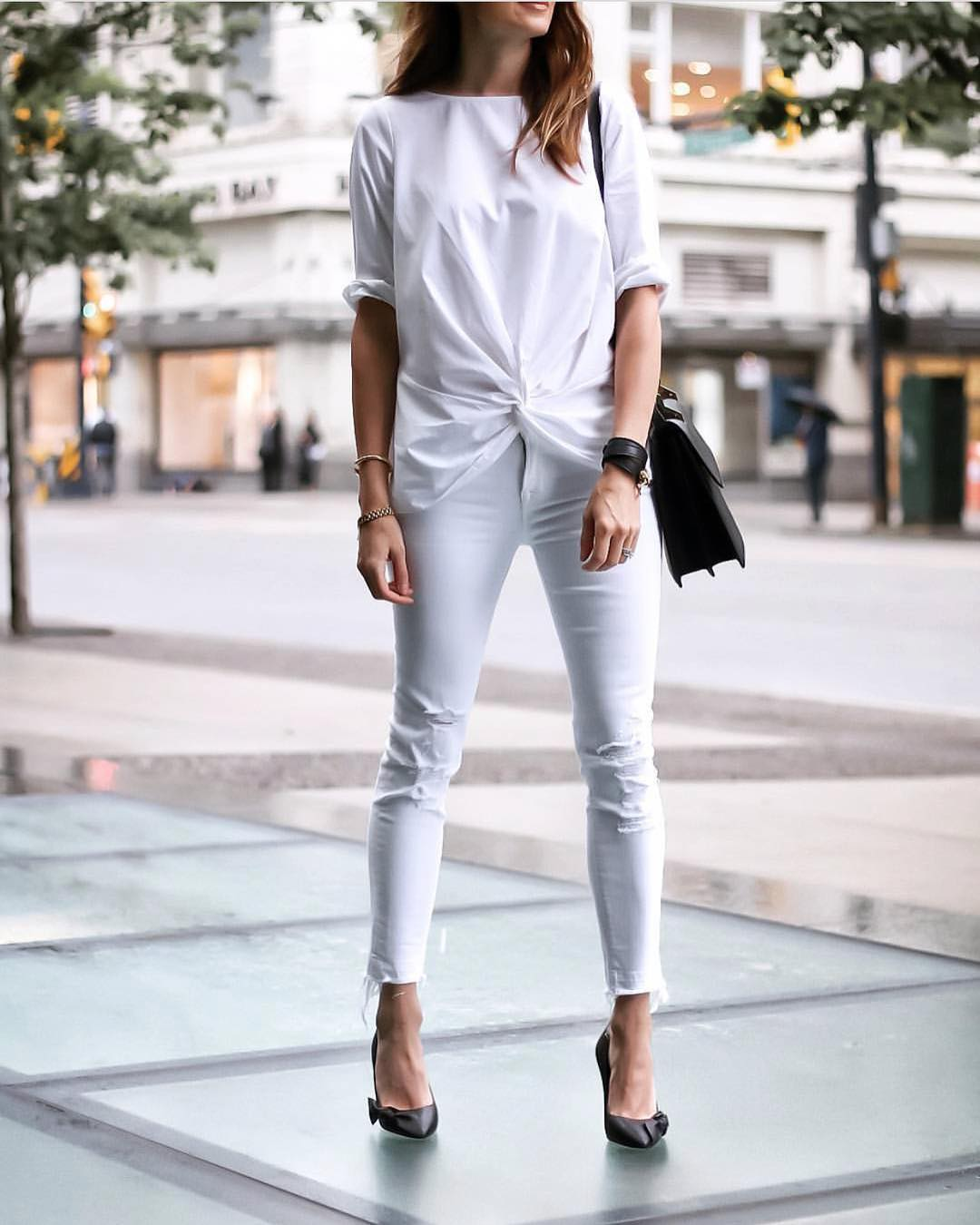 Oversized White T-Shirt And Frayed Skinny Jeans In White For Summer 2021
