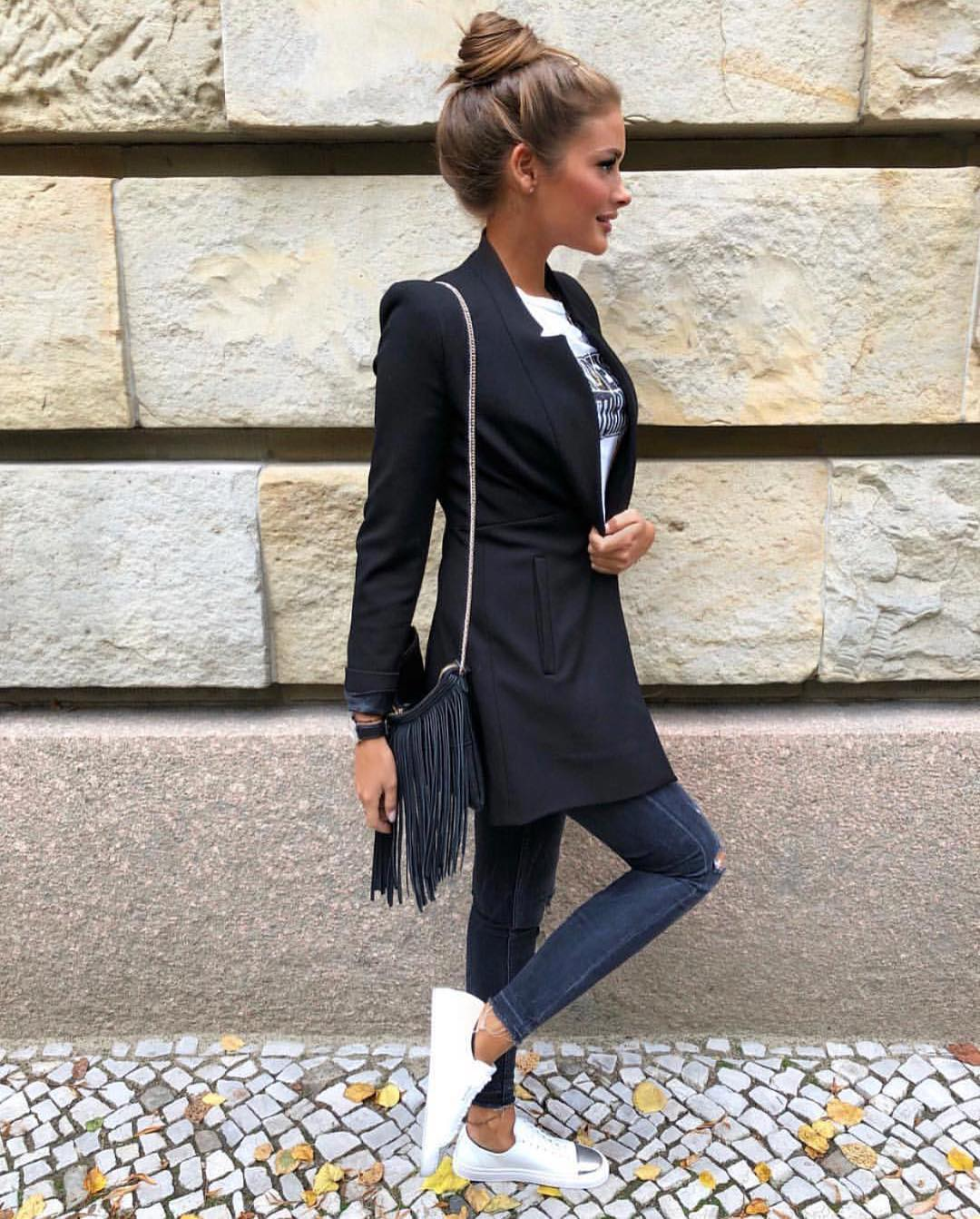 Long Black Blazer With White Tee, Knee Ripped Skinny Jeans And White Sneakers For Fall 2021