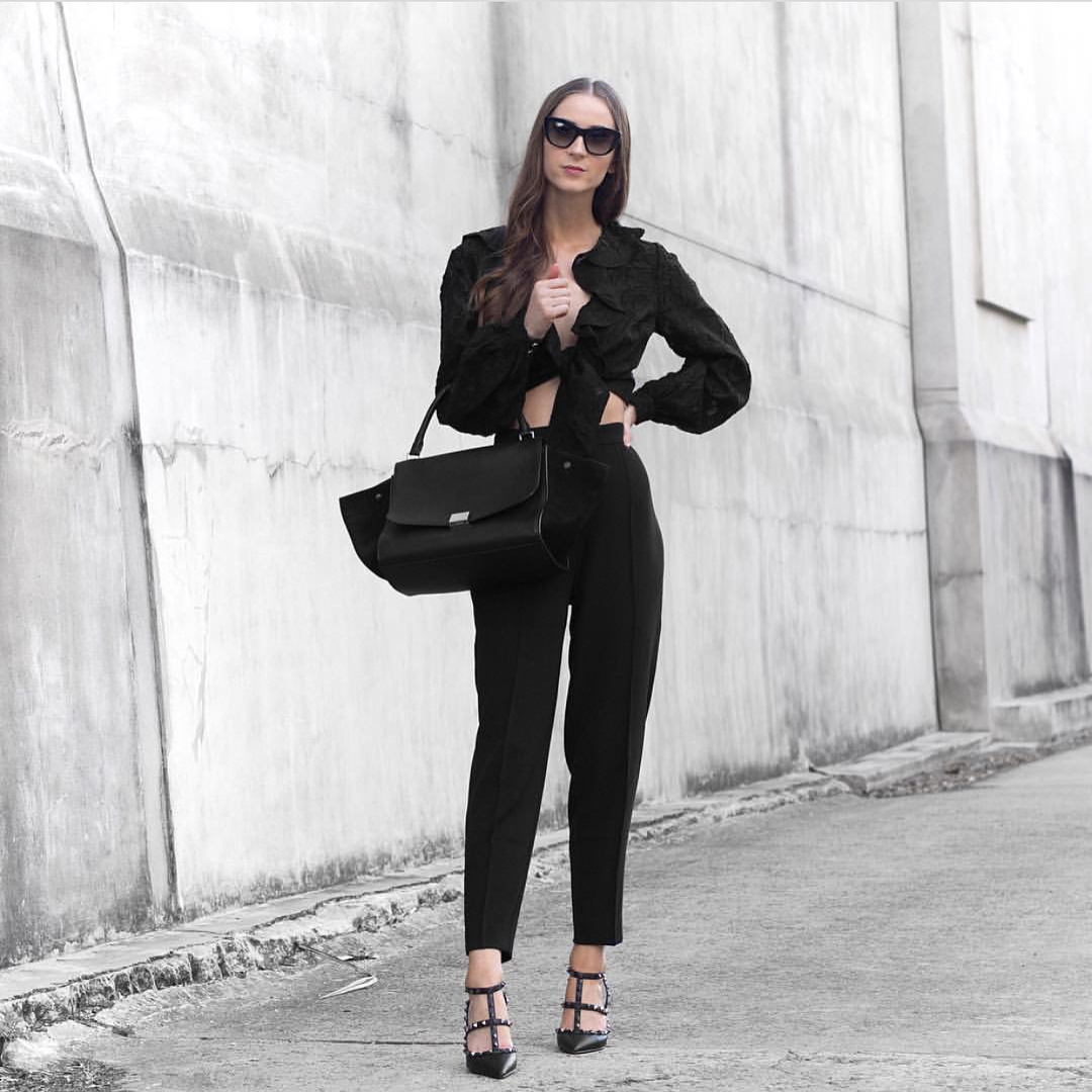 All Black Fall OOTD: Ruffled Blouse, Black Tailored Pants And Caged Pumps 2021